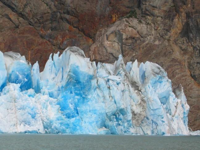 blauw ijs, rode rotsen
