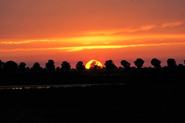Zonsondergang in een natuurgebied in Nederland