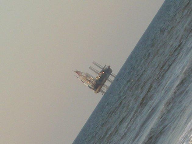 Boorplatform glijdt van de zee af