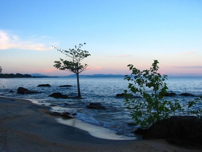 Zonsondergang aan het Malawi-meer.