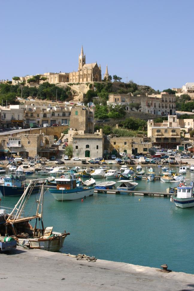 De haven, hier vertrekken ferries naar Malta.