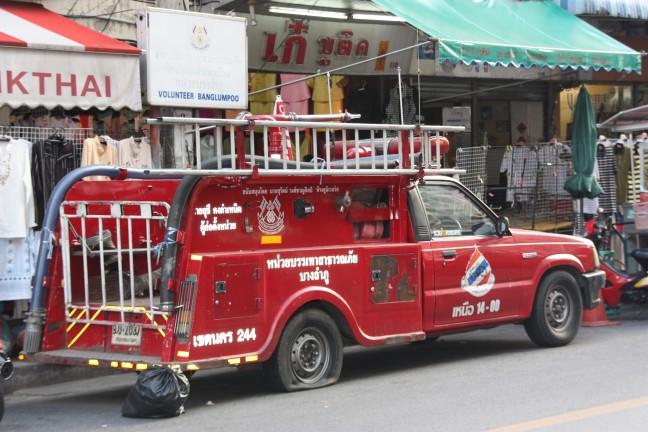 2008: Bangkok: brandweerwagen met lekke band.