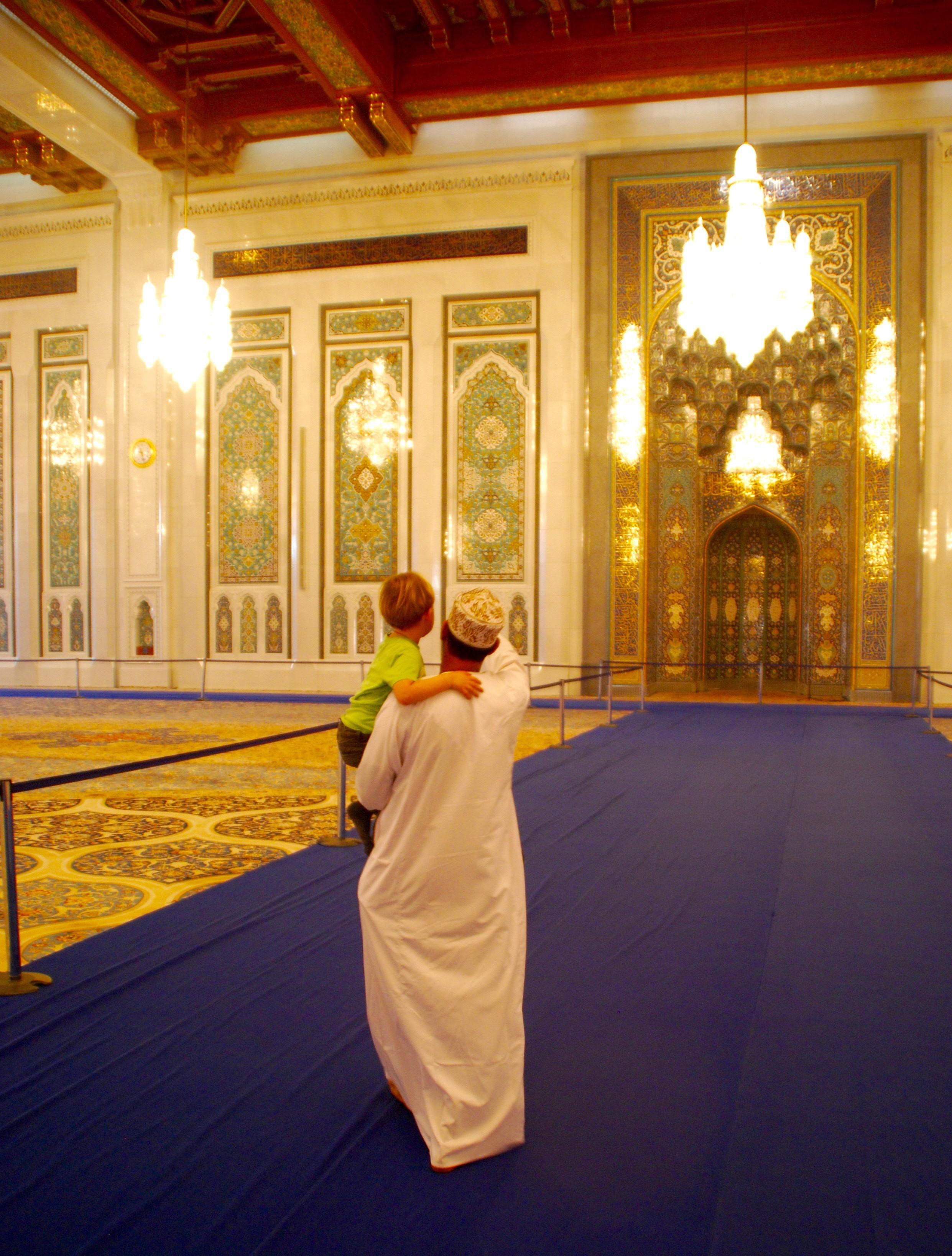 Op de arm van Mohamed door de Sultan Qaboes-moskee