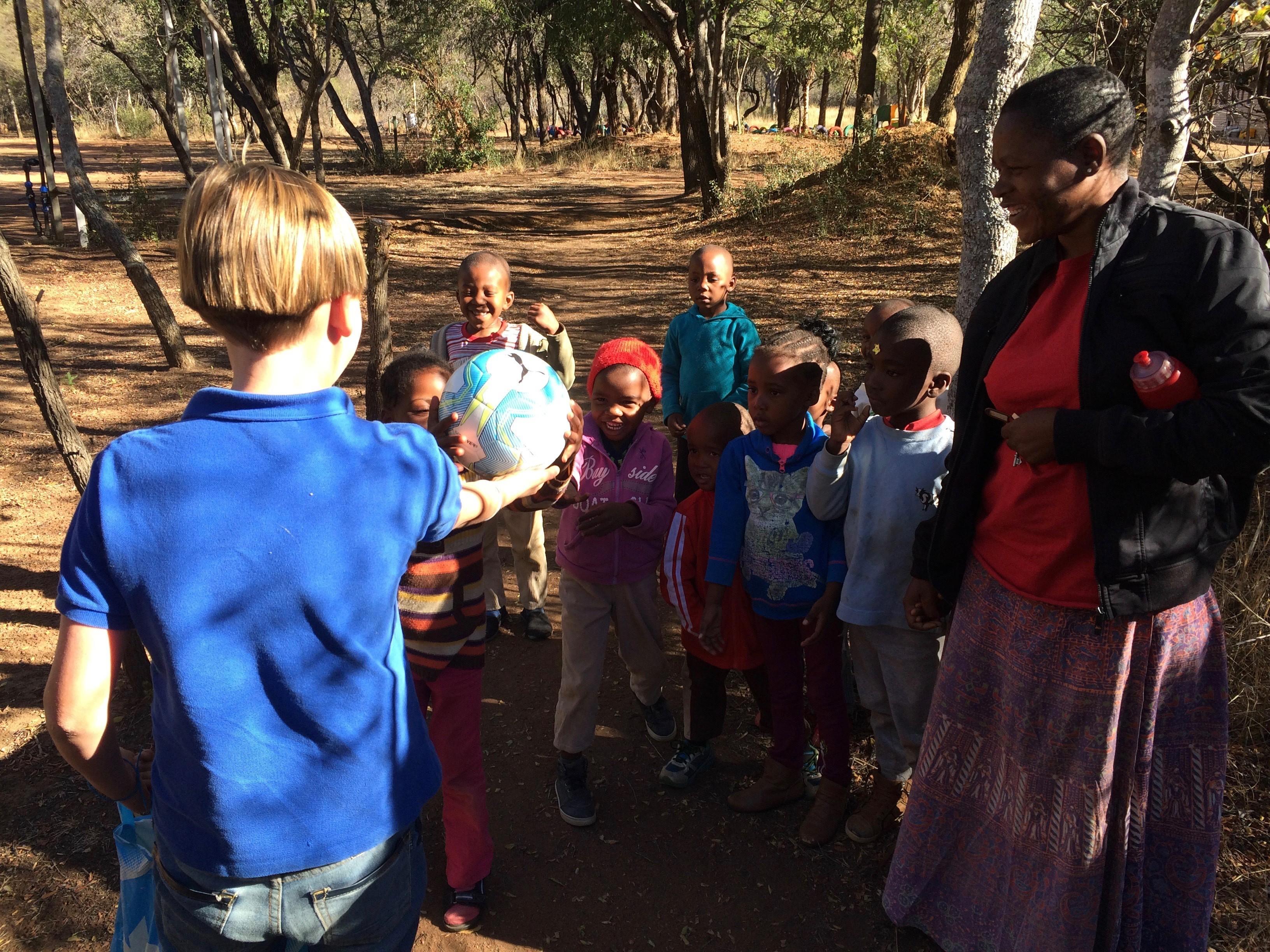Onze zoon geeft de weeskinderen in Zuid-Afrika een voetbal om mee te spelen