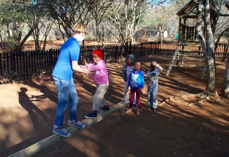 Pepijn speelt nog een tijdje buiten met de kinderen van het weeshuis