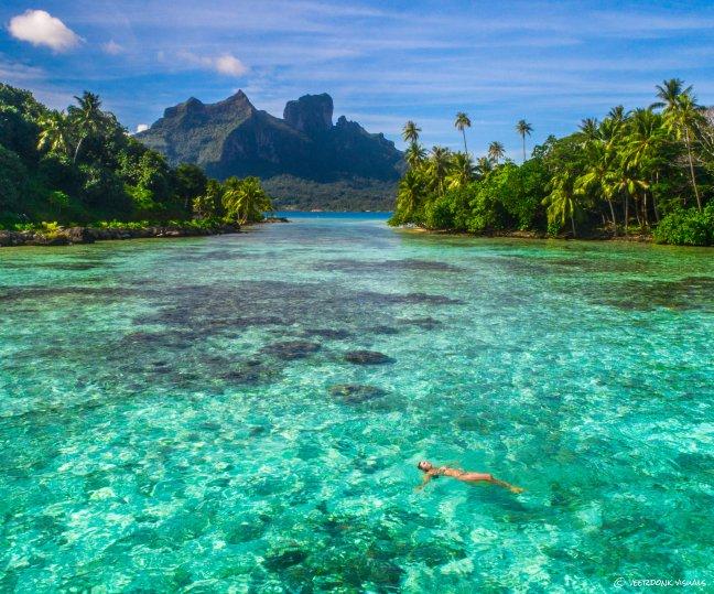 Dobberen in de heldere lagune van Bora Bora