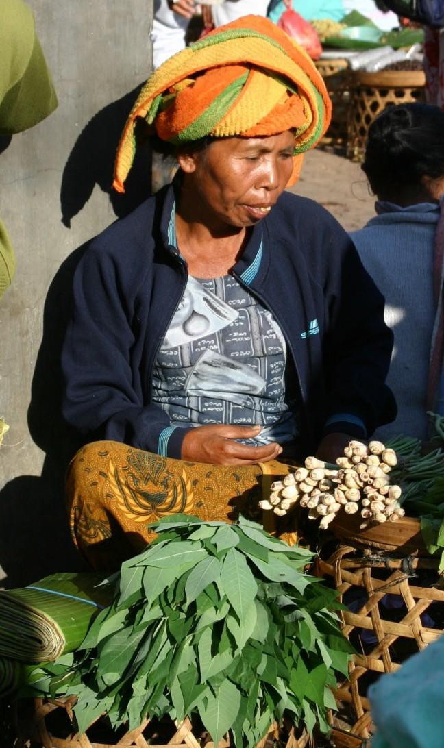 Marktvrouw met haar gewassen.