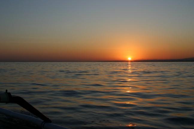 Zonsopgang voor de kust van Lovina.