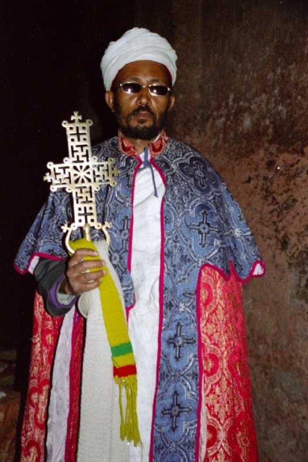 priester toont kruis