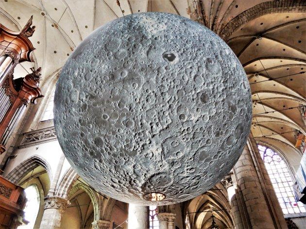 Gigantische maan midden in de Sint-Martinuskerk !
