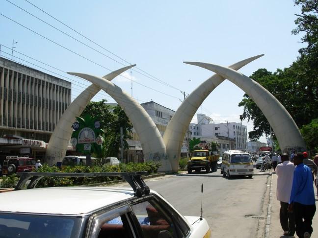De slagtanden in Mombassa zijn een geschenk geweest van koninging Elisabeth van Engeland