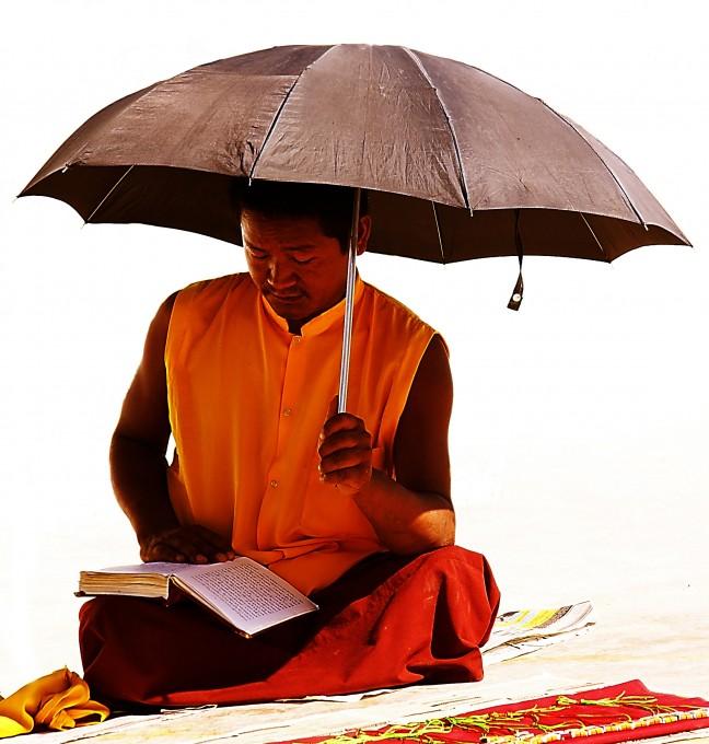 Monnik bij de Bodnath-tempel