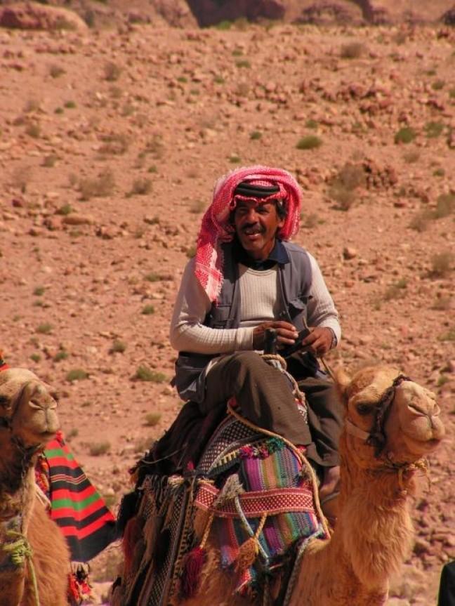 Hoog op een kameel