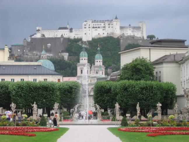 tuinen in salzburg met kasteel op achtergrond