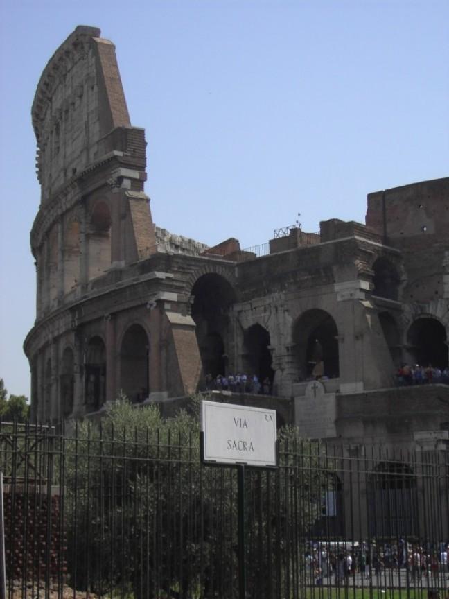 Het Colloseum aan het einde van de Via Sacra