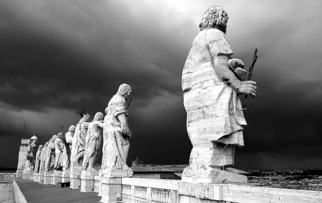 Donkere wolken boven het Vaticaan