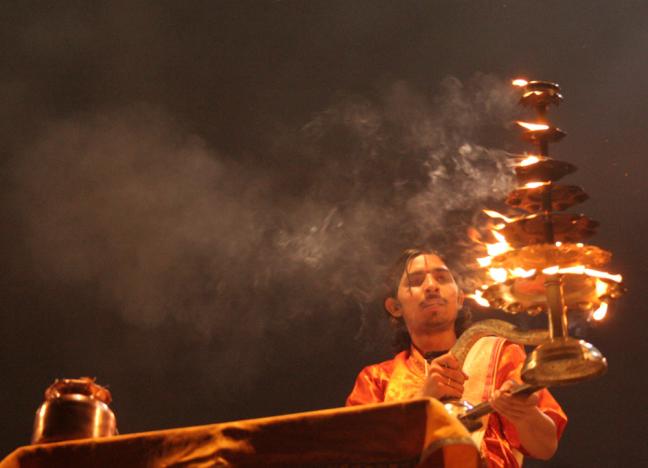 Een van de vele priesters bij de viering van Divali