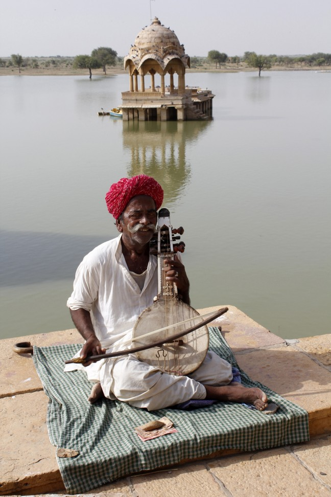 Muzikant bij het Gadi Sagar meer, Jaisalmer