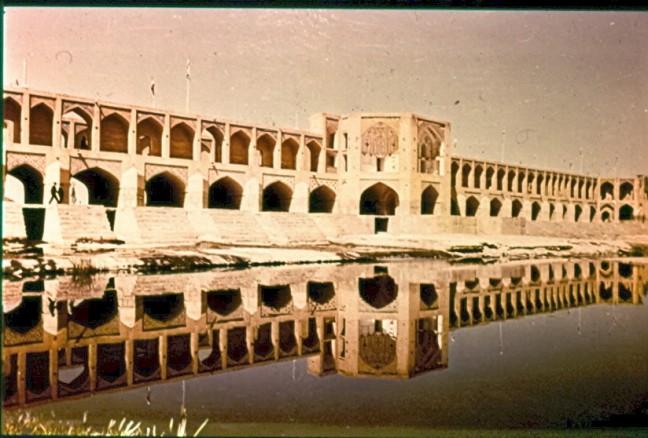 Brug over de rivier Zayandeh Rud nabij Isfahan