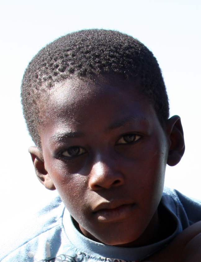 Portret jongen op het strand Mozambique