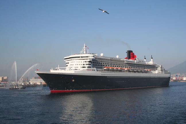 Queen Mary II in de haven van Napoli