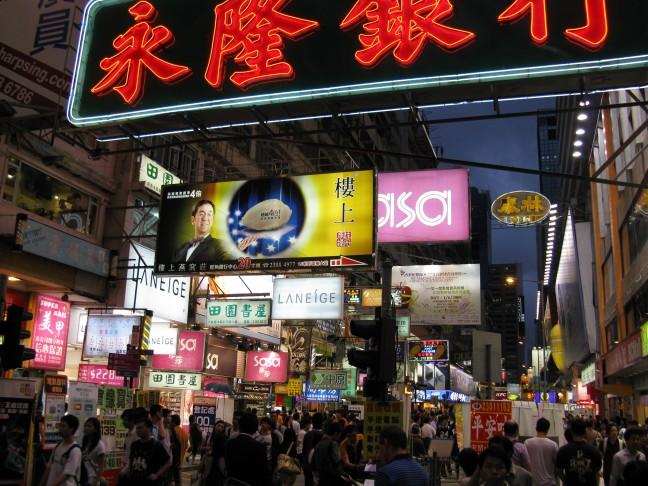 Drukke winkelstraten in Mong Kok