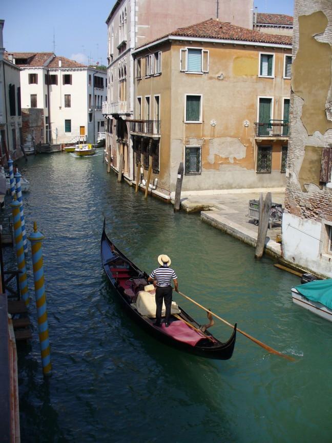 Druk verkeer in de kleinere kanalen.