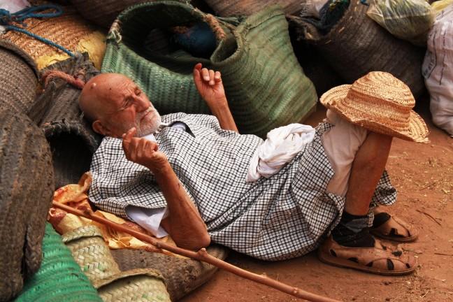 Marokkaanse man doet een middagdutje