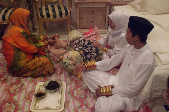 Versieringen van henna op de voeten en handen van de bruid en bruidegom