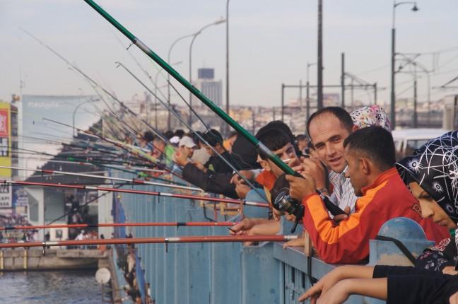 Vissers op de Galatabrug