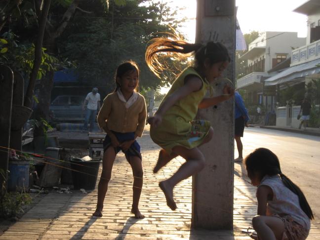 Meisjes die springtouwen
