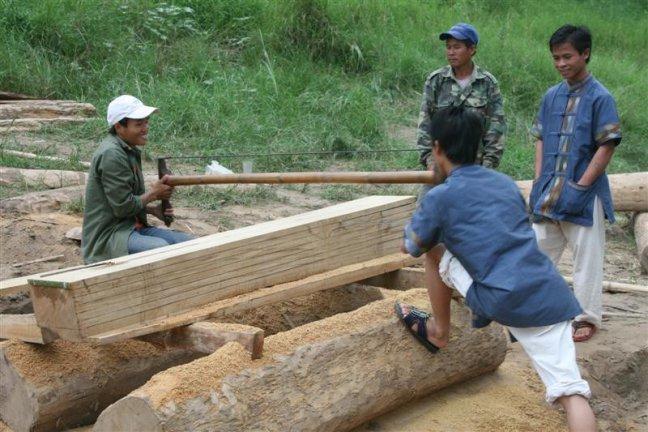 Planken zagen aan de oever van de mekong bij de plaats Luang Phabang