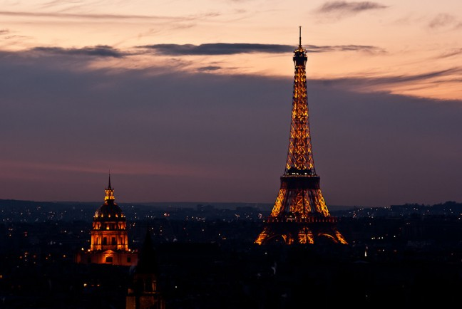 Parijs en eiffeltoren verlicht
