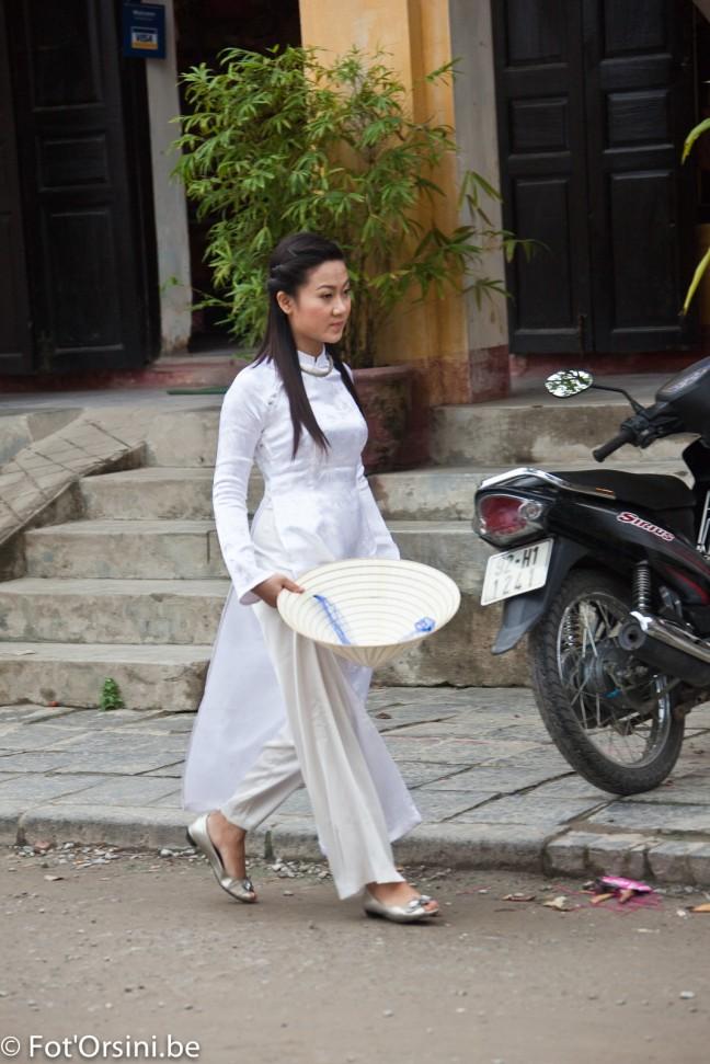 Hoi An, een jonge vrouw in Ao Dai