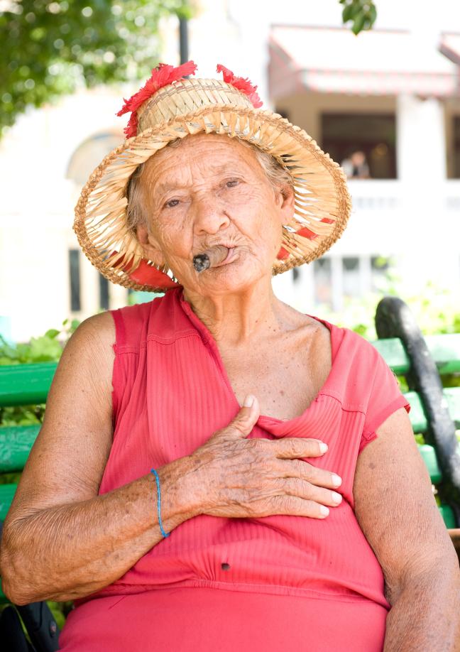 oude dame met sigaar