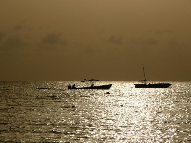 vissersbootjes bij zonsondergang
