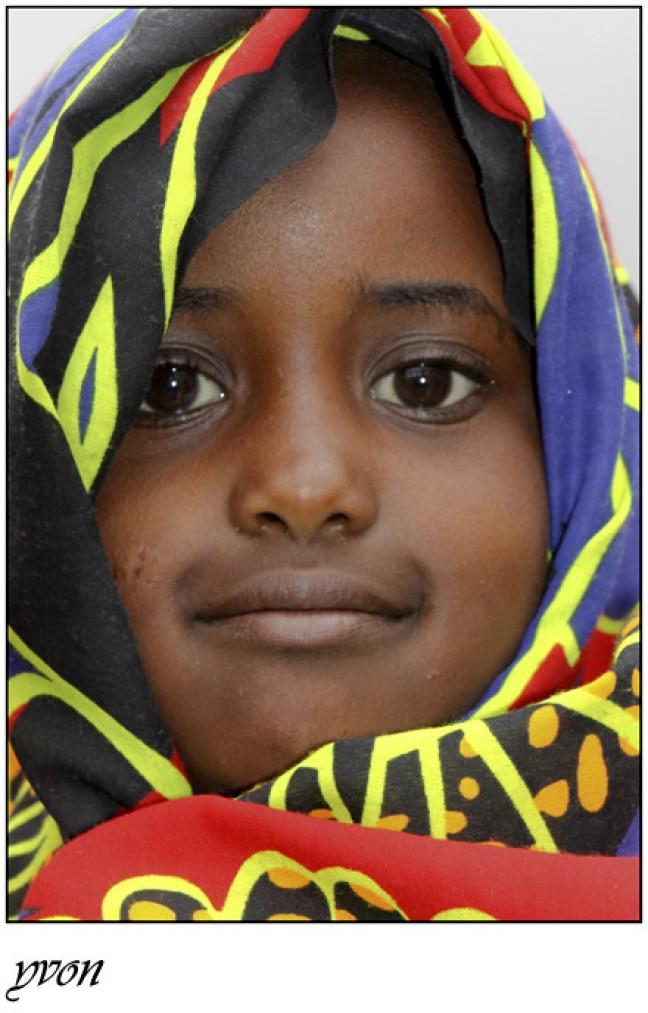portrait van een meisje met kleurrijke hoofddoek