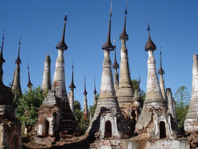 Inle Lake stupa's