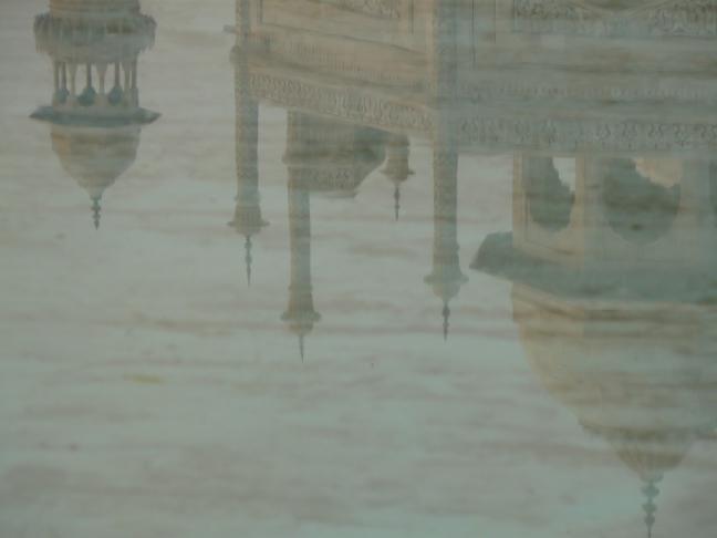 De Taj Mahal, weerspiegeld in WATER