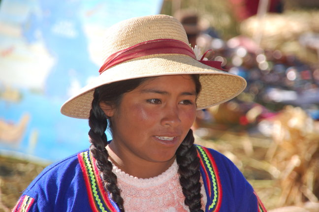 Kleurrijke vrouw op Uros eilanden