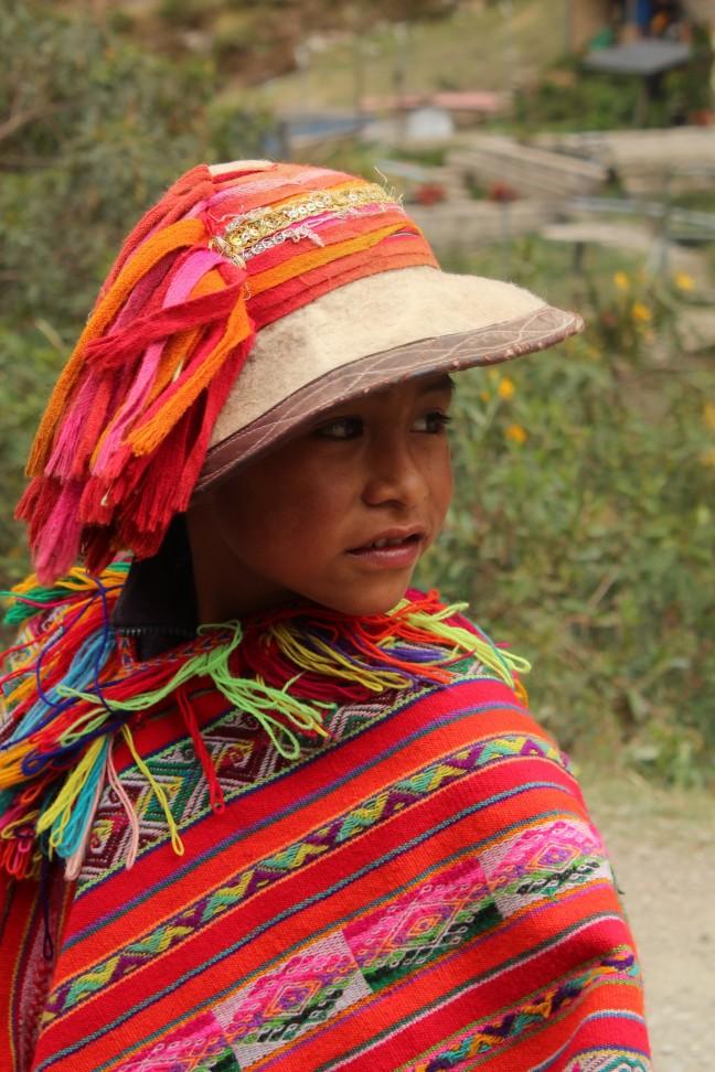 Jongetje in traditionele dracht in een bergdorp in de Andes