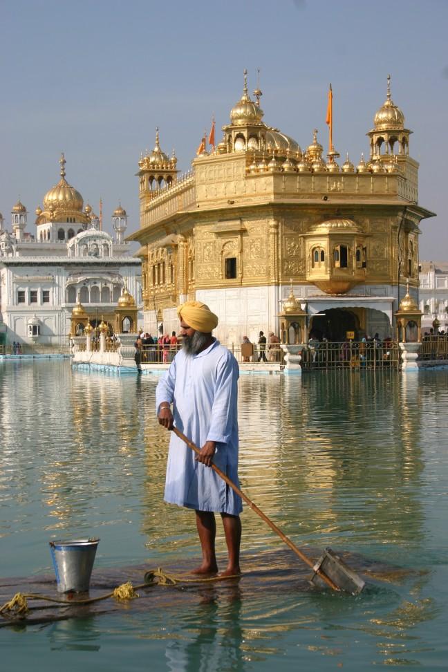 schoonhouden van het heilige water van de tempel in Amtitsar