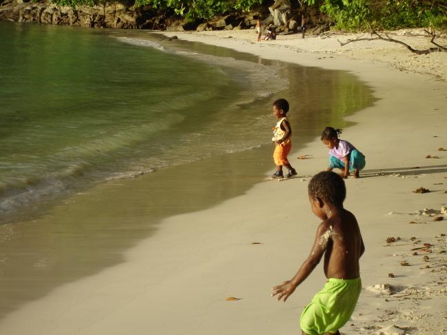 spelend op het strand