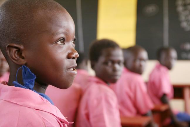 meisje op school in Oeganda