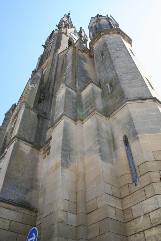 Van onderen.....Kerktoren in Fumel