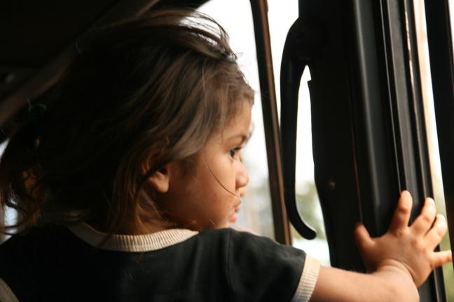Lief meisje in de bus