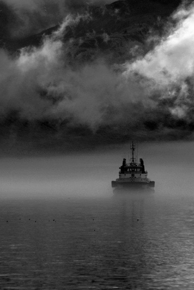 vissersboot in de mist