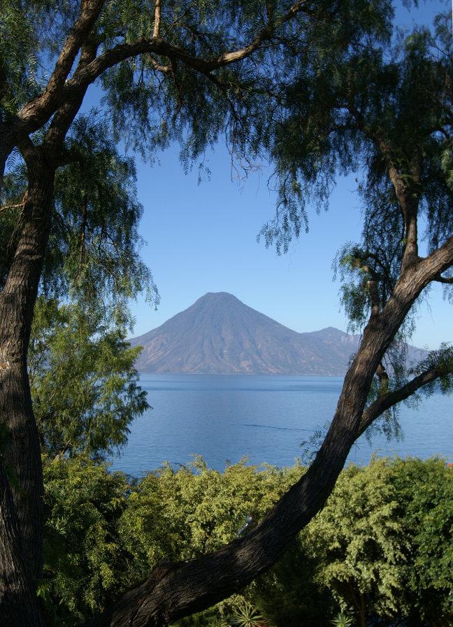 Uitkijk op het meer van Atitlan en de vulkaan