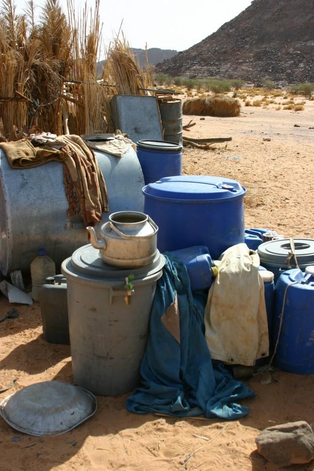 Midden in de woestijn een collectie plastic