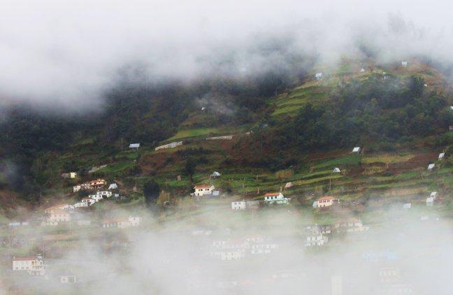Dorp achter de wolken